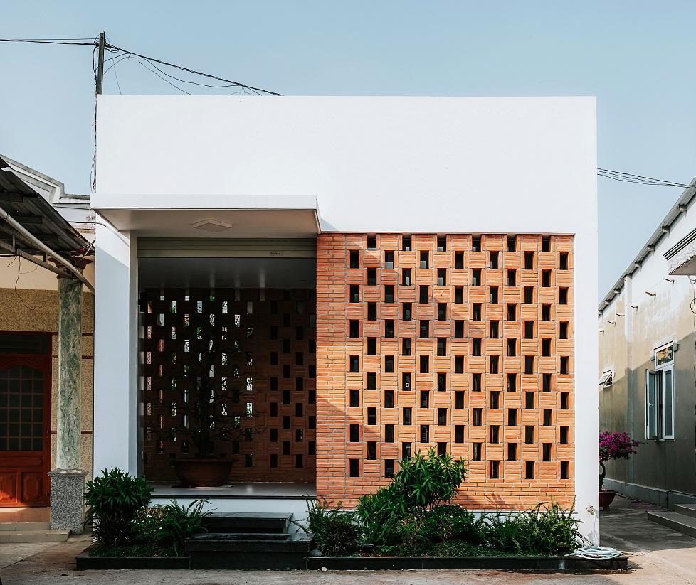 Hình ảnh cận cảnh mặt tiền ngôi nhà cấp 4 ở Đồng Nai với tường gạch nung hai lớp ấm áp