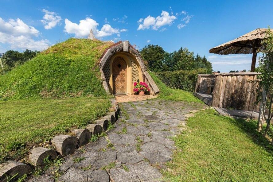 Hình ảnh toàn cảnh ngôi nhà hobbit với phần mái phủ cỏ xanh mướt