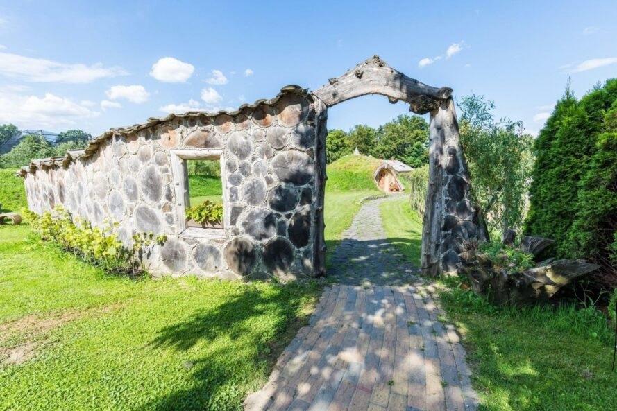 Hình ảnh lối vào nhà hobbit lát đá, cổng đá mộc mạc