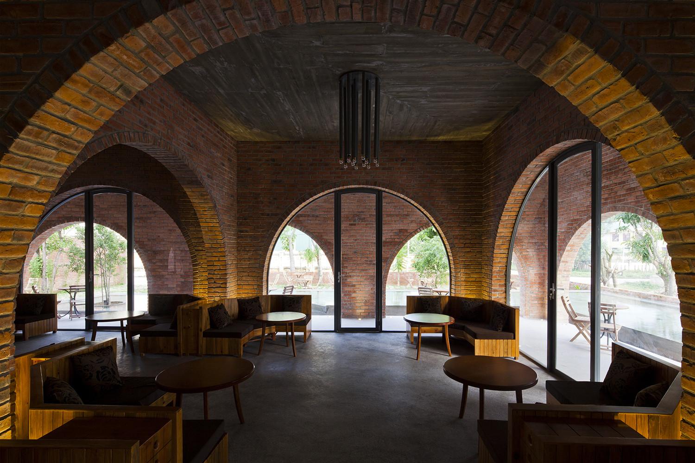 Sự đan xen, kết hợp hài hòa giữa các khung cửa vòm ở lớp trong và lớp ngoài quán cà phê