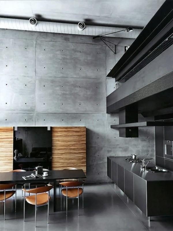 Hình ảnh phòng bếp phong cách công nghiệp màu đen, xám với mảng tường ốp gỗ, ghế ăn màu da bò