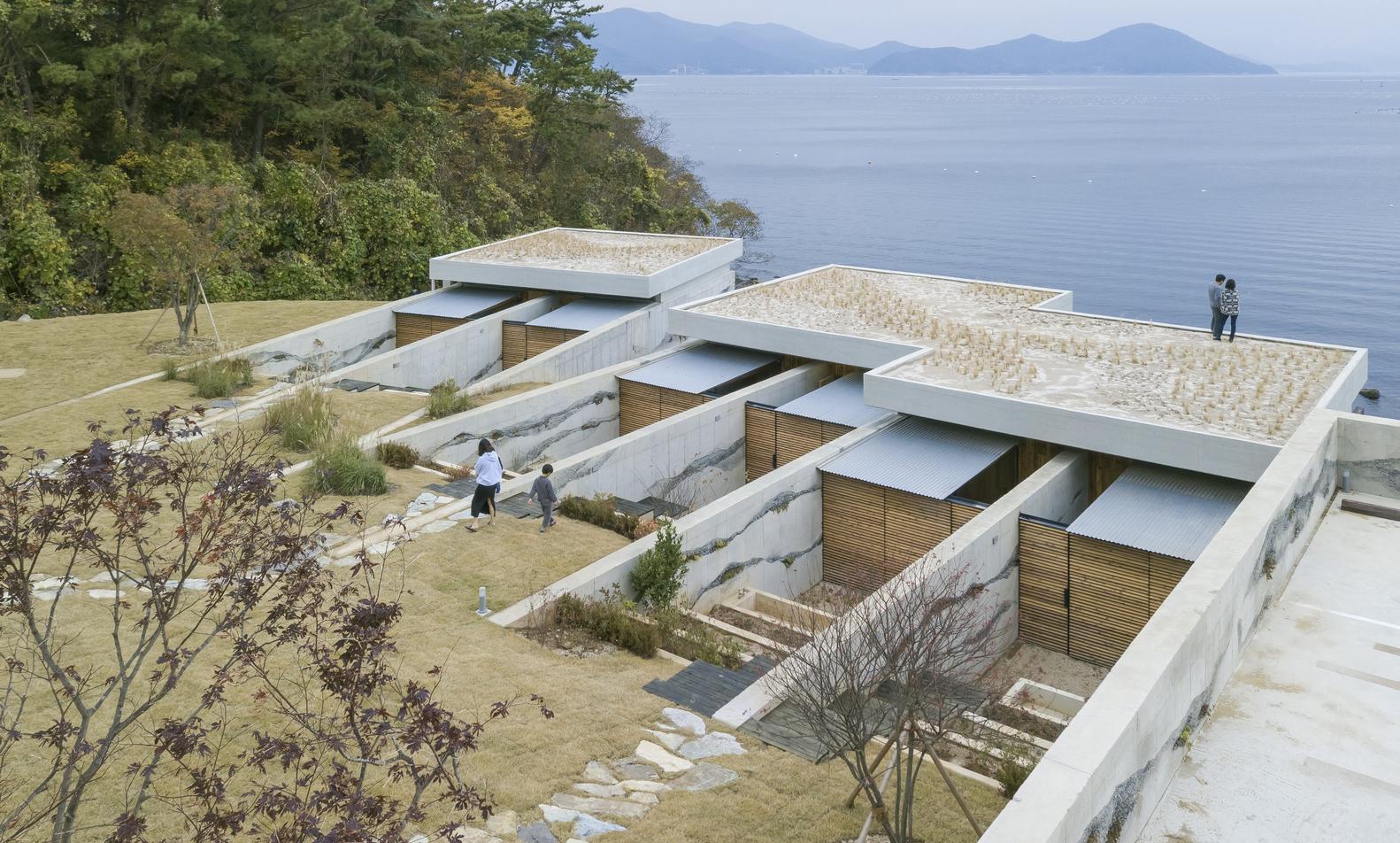 Hình ảnh toàn cảnh phần mái của nhà nghỉ dưỡng ven biển
