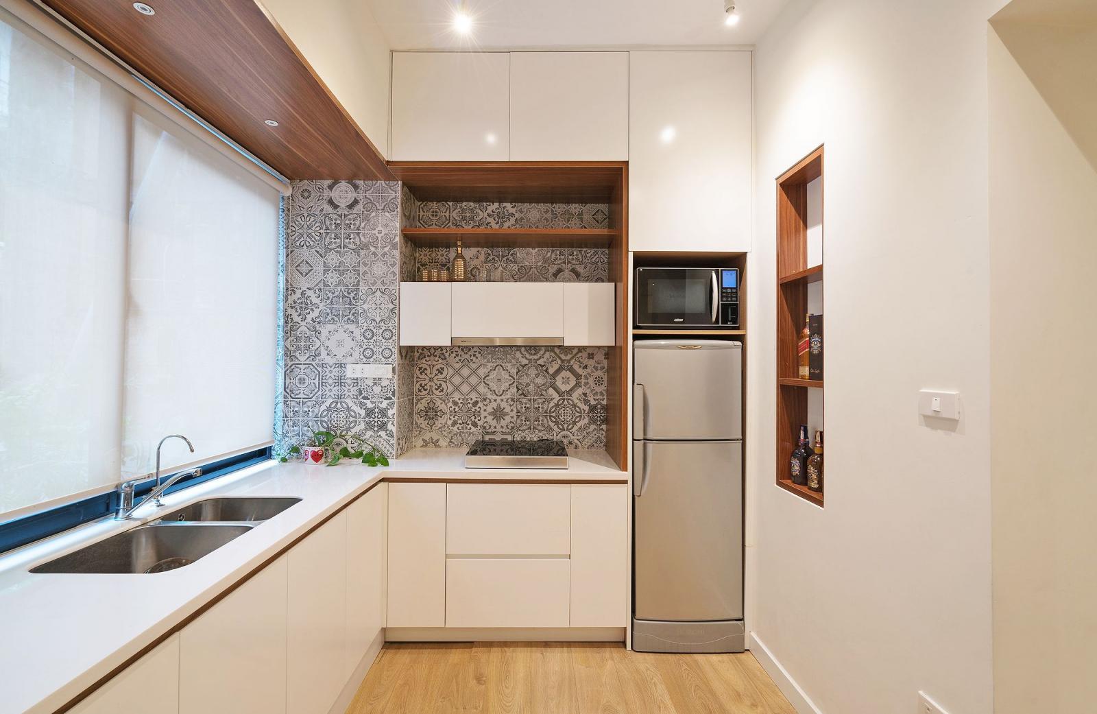 Hình ảnh cận cảnh phòng bếp hiện đại với ô cửa sổ kính lớn