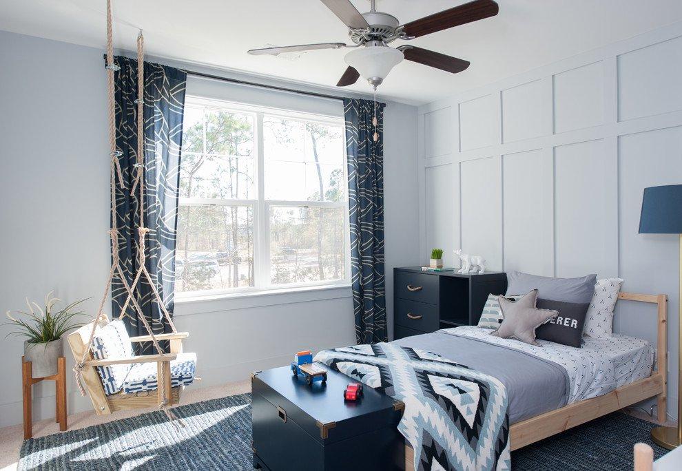 Hình ảnh phòng ngủ của con trai với tông màu xanh dương nhẹ nhàng, cửa sổ kính lớn đón sáng tự nhiên