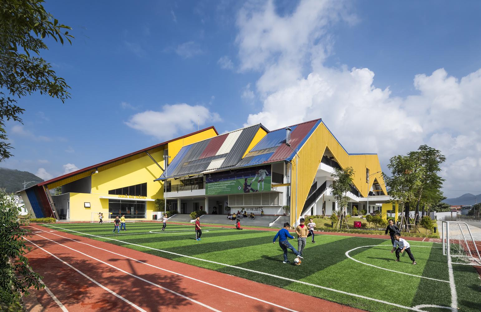 Hình ảnh các em học sinh tiểu học đang đá bóng trong khuôn viên trường tiểu học Dạ Hợp