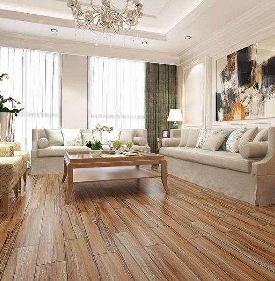 Hình ảnh phòng khách với tường, trần, sofa màu trắng kết hợp ăn ý với lát giả gỗ màu đỏ nâu.