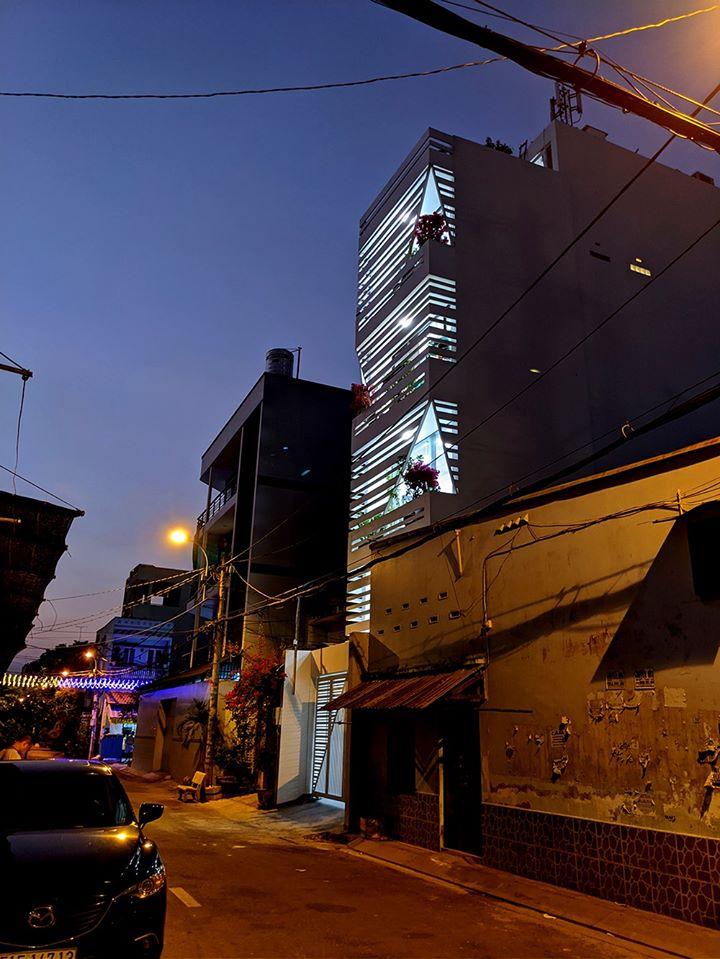 Hình ảnh toàn cảnh ngôi nhà phố kết hợp kinh doanh ở Sài Gòn lung linh ánh đèn đêm xuống