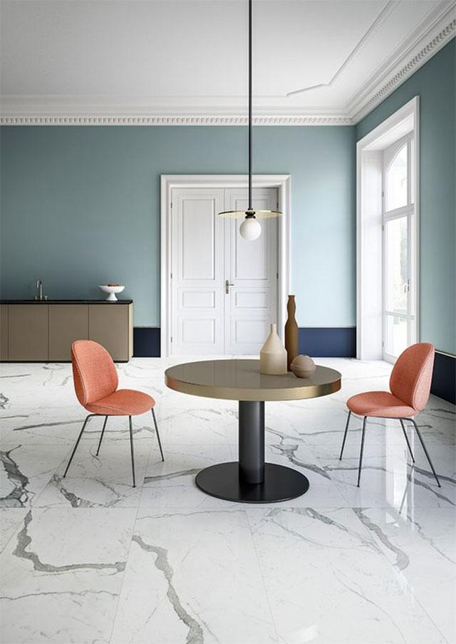 Cận cảnh bộ bàn ăn 2 người với bàn tròn, ghế tựa màu cam đất, đèn thả trang trí