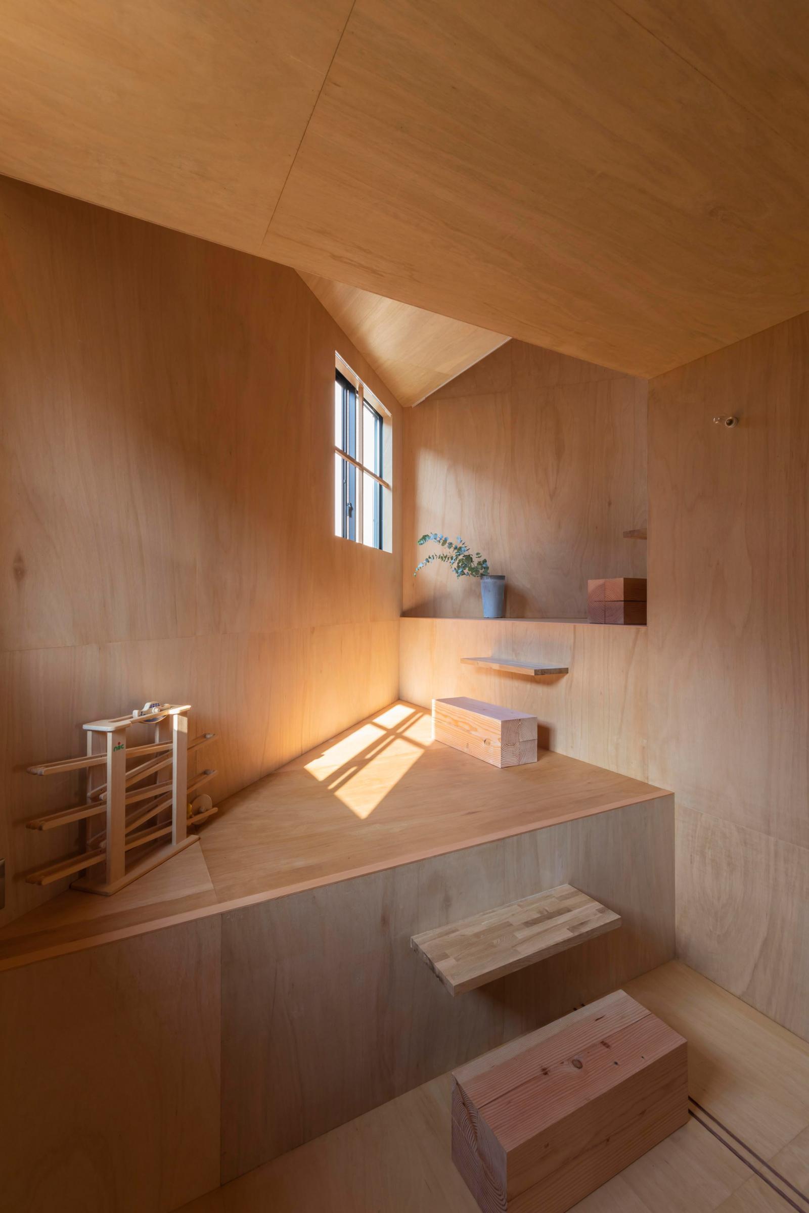 Hình ảnh cận cảnh các bậc gỗ kết nối cao độ sàn khác nhau trong nhà Nhật