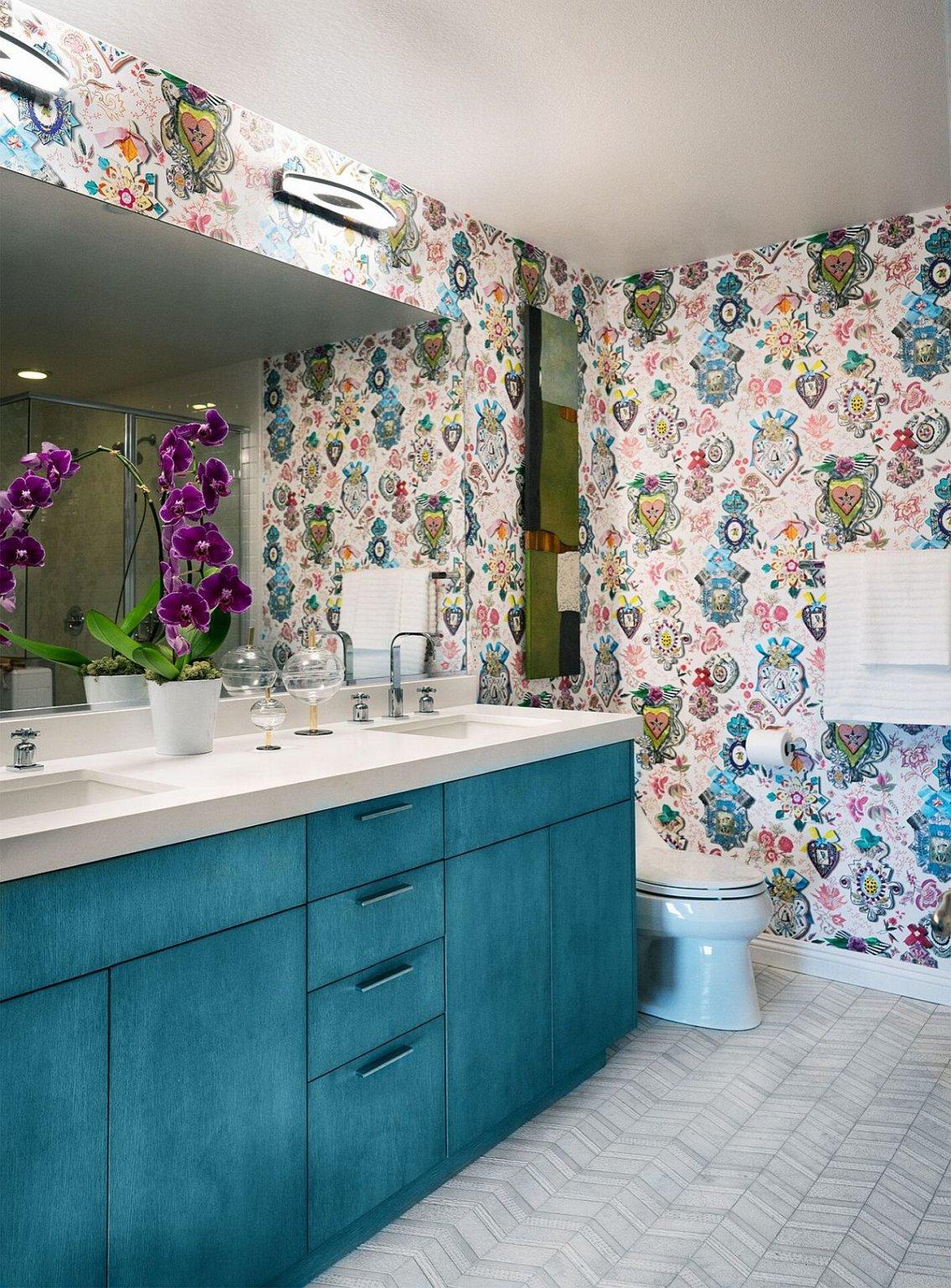 Hình ảnh một góc phòng tắm với giấy dán tường họa tiết sống động, tủ lưu trữ màu xanh dương nhẹ nhàng.