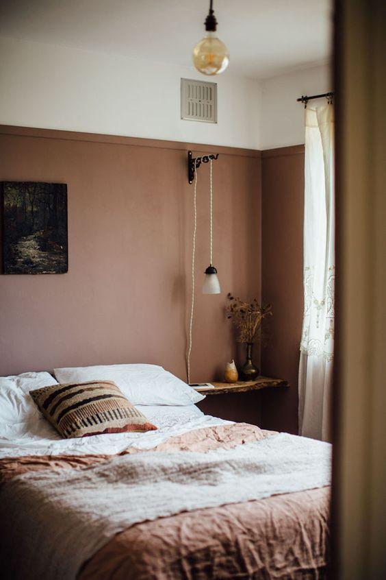Hình ảnh một góc phòng ngủ với bức tường nâu nhạt, đèn dây thừng độc đáo