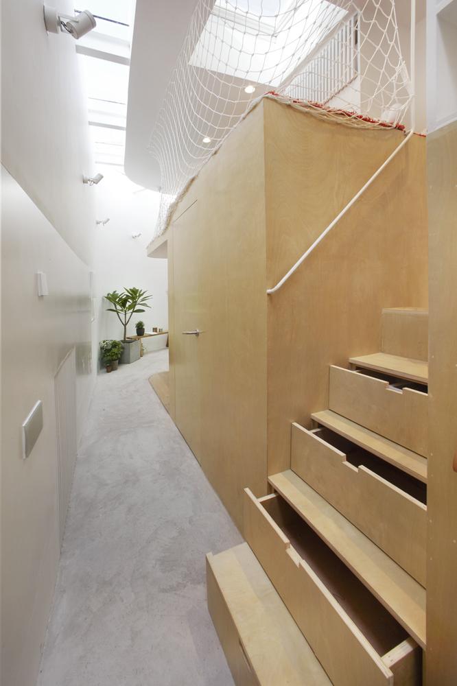 Hình ảnh cận cảnh cầu thang gỗ với các bậc tích hợp ngăn kéo lưu trữ.