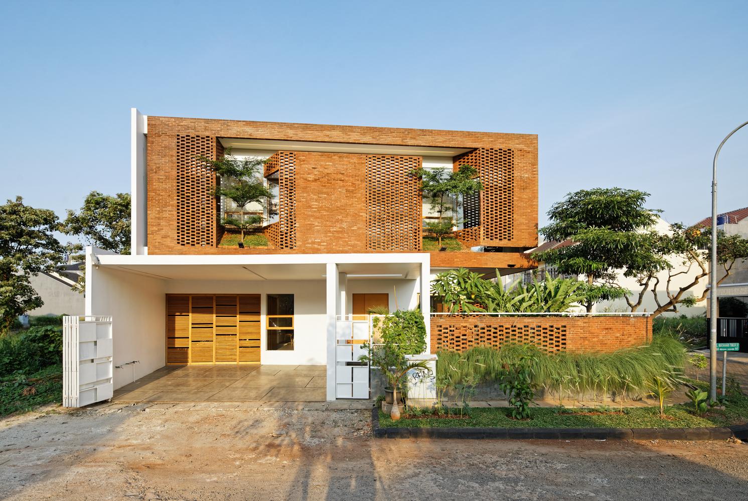 Lớp gạch nung ấn tượng bao phủ ngôi nhà ở Indonesia
