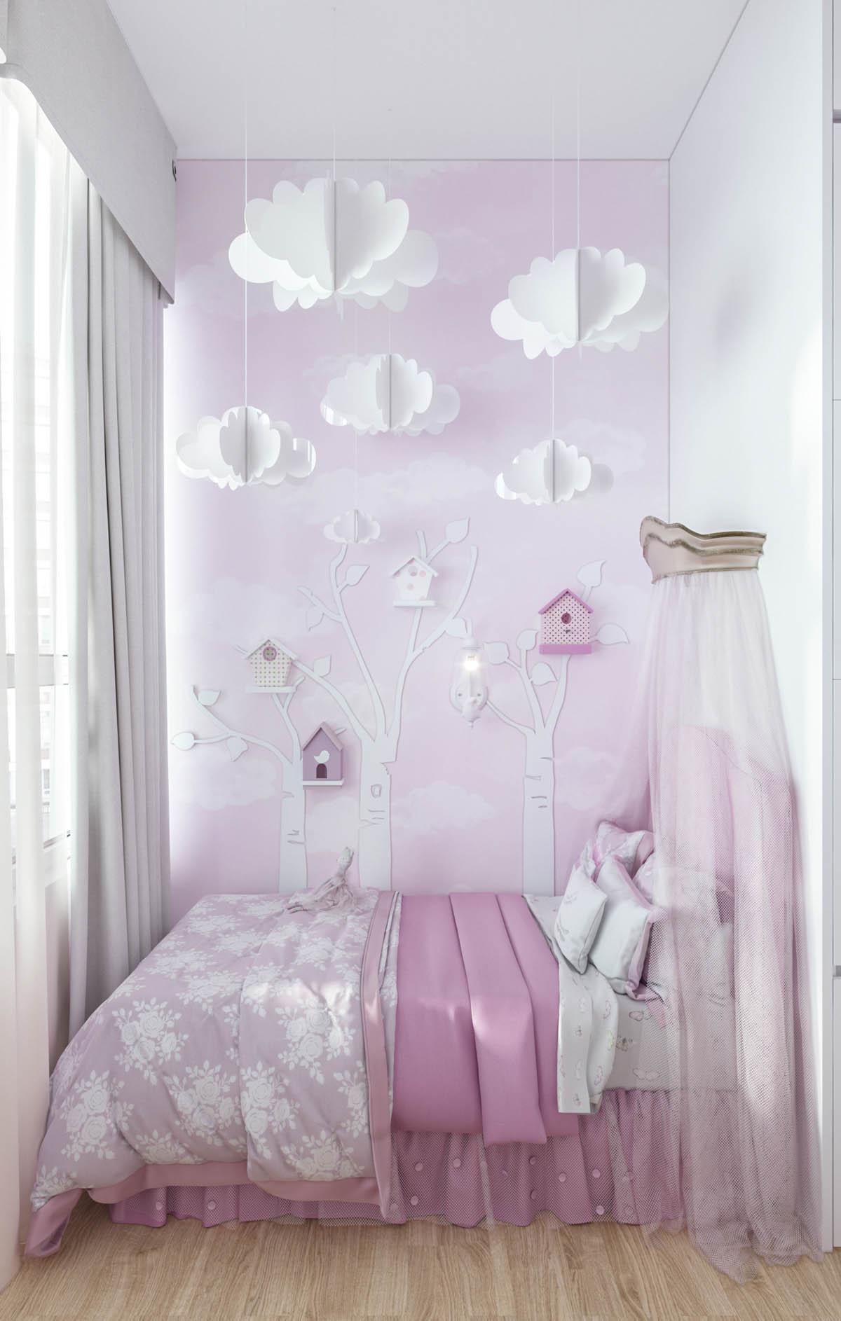 Hình ảnh cận cảnh giường ngủ với ga gối màu hồng, phụ kiện màu trắng như đám mây, hình cây dán tường, rèm cửa, màn