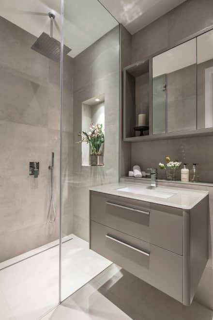 Hình ảnh phòng tắm tông màu xám chủ đạo, vách kính phân tách buồng tắm đứng với khu vệ sinh bên ngoài