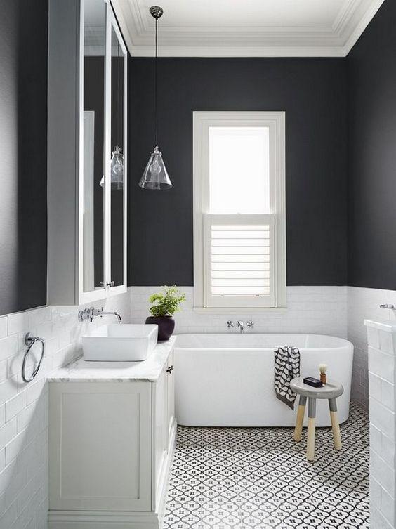 Hình ảnh phòng tắm với hai mảng màu đen trắng rạch ròi, nội thất nhỏ gọn, tủ ngăn kéo không tay nắm.