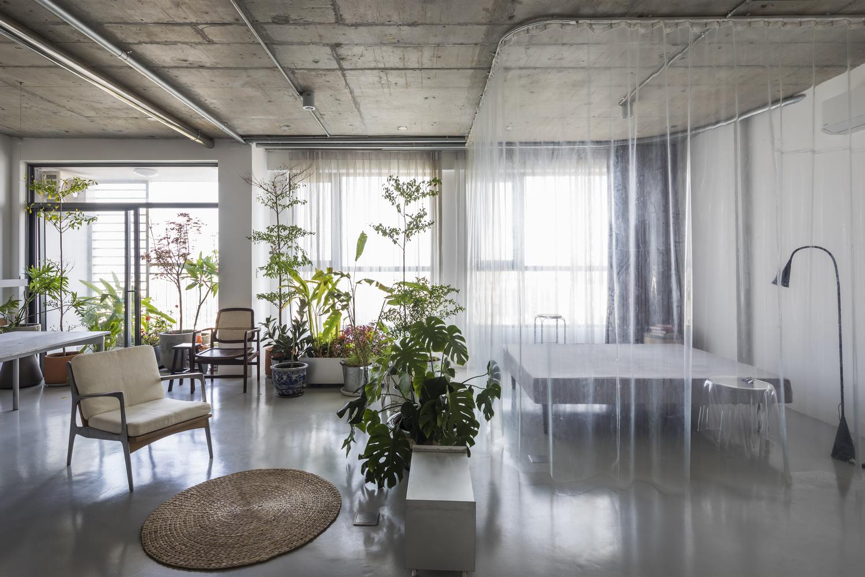 Hình ảnh không gian bên trong căn hộ 75m2 sau cải tạo với điểm nhấn đặc biệt là phòng ngủ phân tách với khu vực bên ngoài bằng mành trắng trong suốt.