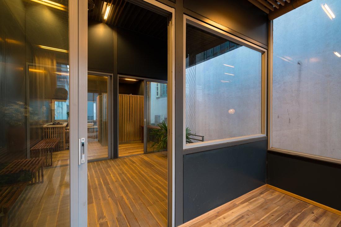 Hình ảnh các phòng trong nhà khung thép kết nối qua cửa kính trượt.