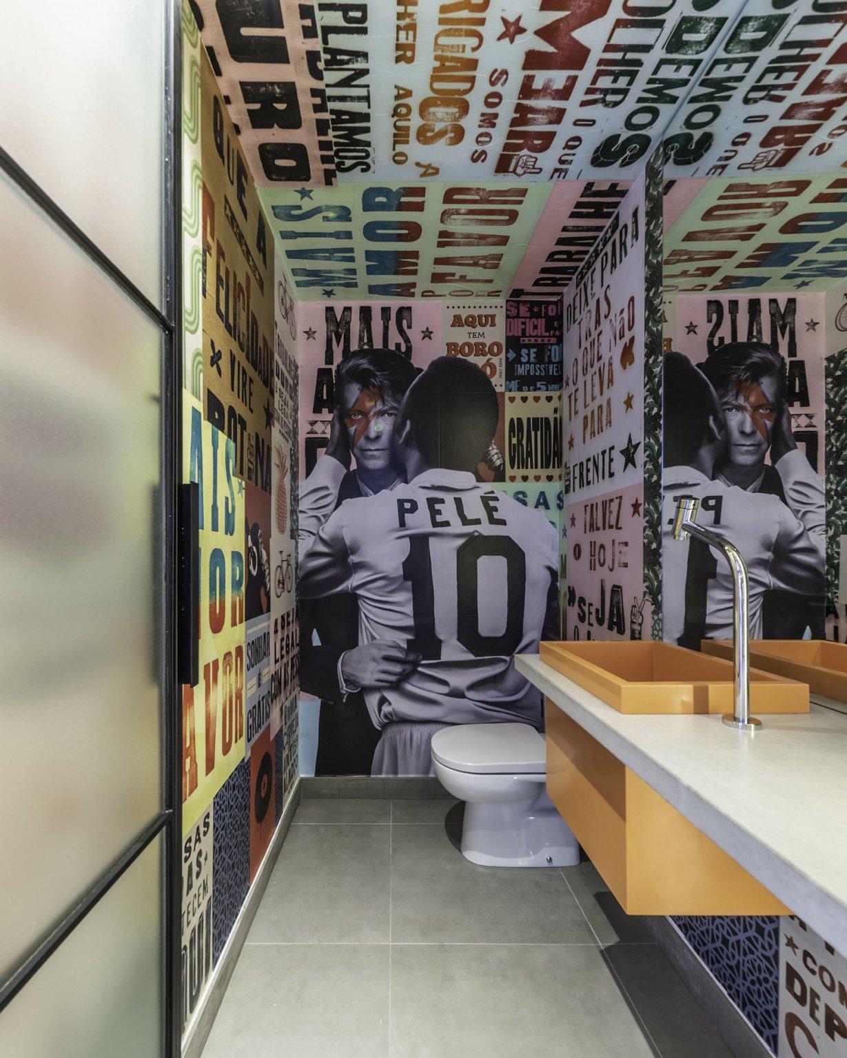Hình ảnh một góc phòng tắm với tranh phun sơn toàn bộ trần, tường