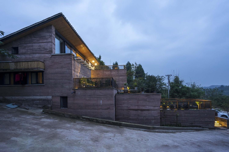Hình ảnh cận cảnh mặt bên ngôi nhà với màu nâu đất ấm áp