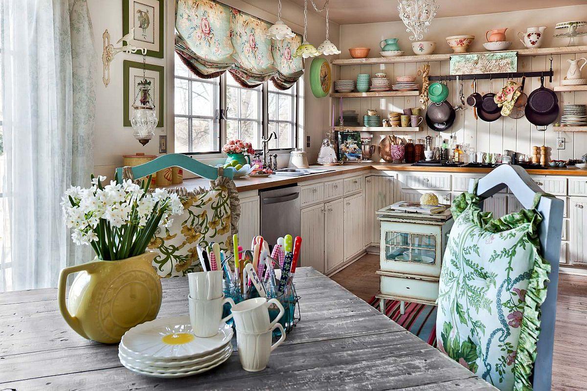 Hình ảnh toàn cảnh phòng bếp phong cách Vintage mộc mạc, ấm áp và ngập tràn hoa văn họa tiết hoa lá