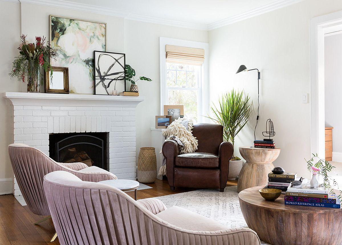 Hình ảnh phòng khách chiết trung với ghế tựa màu tím oải hương, ghế bành màu nâu, tranht reo tường, trang trí chậu cây, bình hoa.