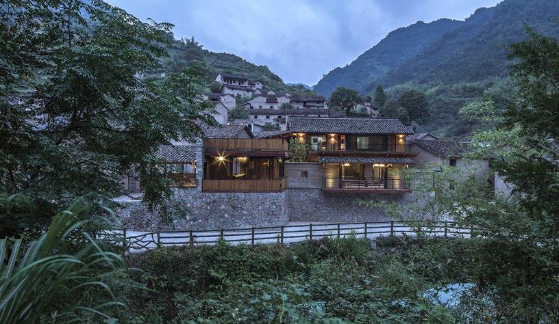 Hình ảnh cận cảnh mặt tiền khách sạn gỗ ở Trung Quốc, xung quanh là cây cối