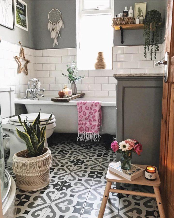 Hình ảnh phòng tắm tông màu be chủ đạo, sàn lát gạch bông họa tiết đen trắng, chậu cây lưỡi hổ xanh tốt trang trí