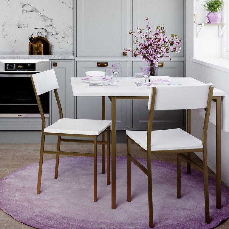 Hình ảnh bộ bàn ăn nhỏ gọn màu trắng - vàng bắt mắt được đặt trên thảm trải hình tròn màu tím oải hương.