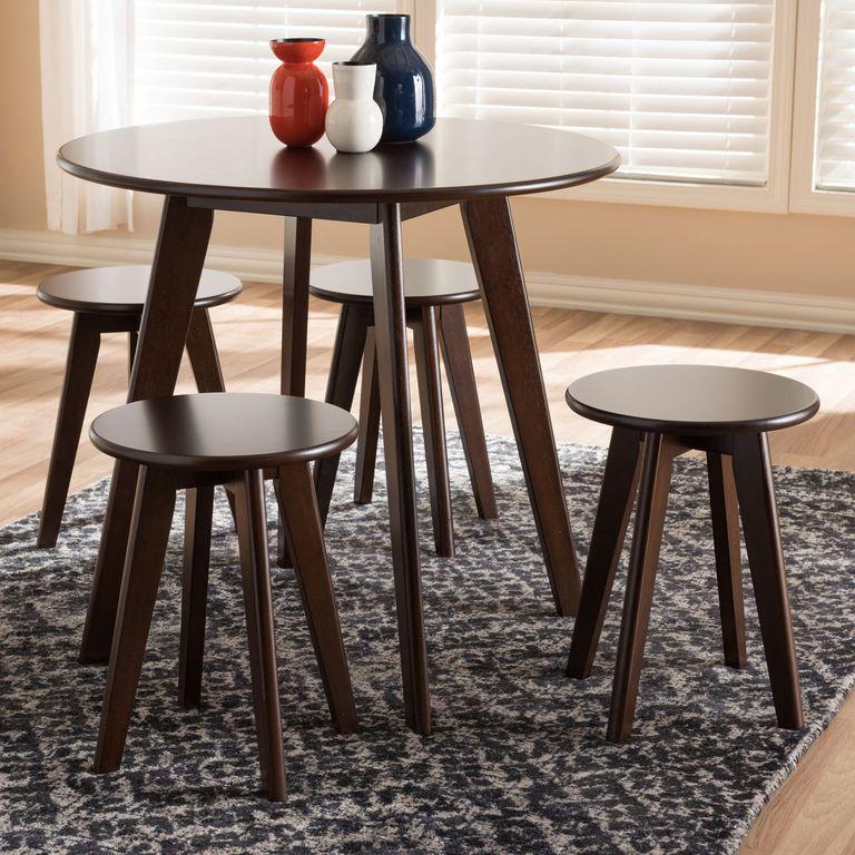 Hình ảnh mẫu bàn ăn hình tròn với 4 ghế cao đặt trên thảm lông màu xám trắng.