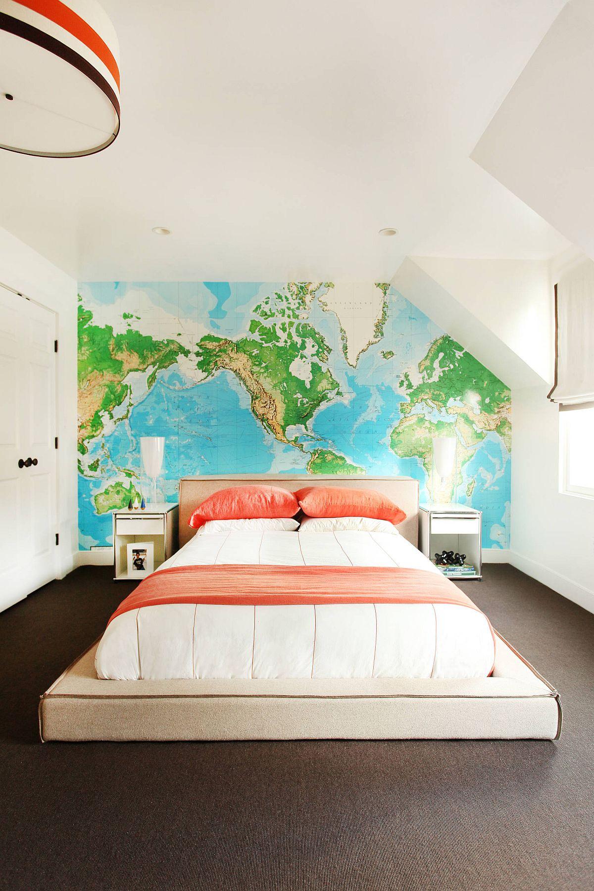 Hình ảnh toàn cảnh phòng ngủ áp mái nỏi bật với bản đồ thế giới đầu giường, gối kê màu đỏ cam nổi bật