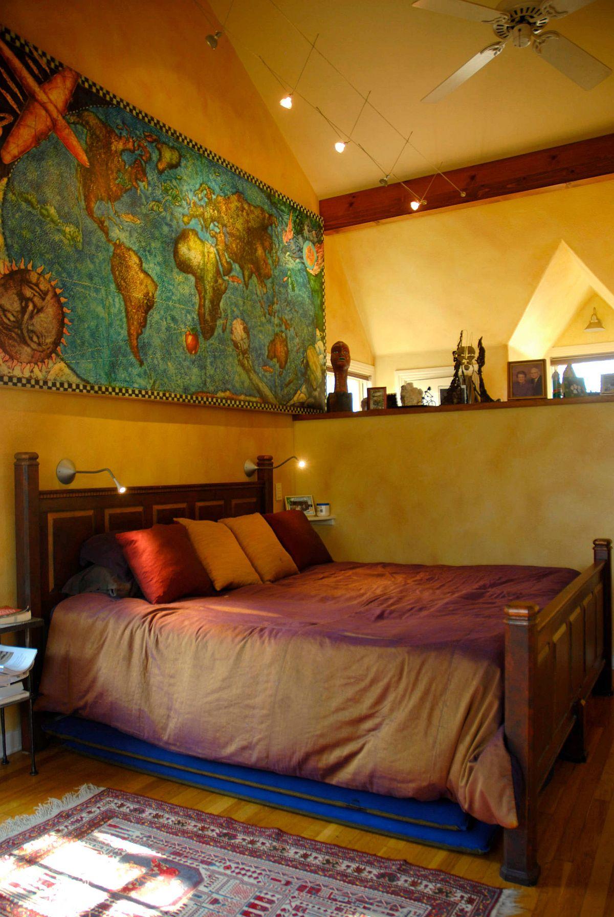 Hình ảnh một góc phòng ngủ phong cách Địa Trung Hải màu ấm áp, nổi bật với khung tranh bản đồ thế giới đầu giường