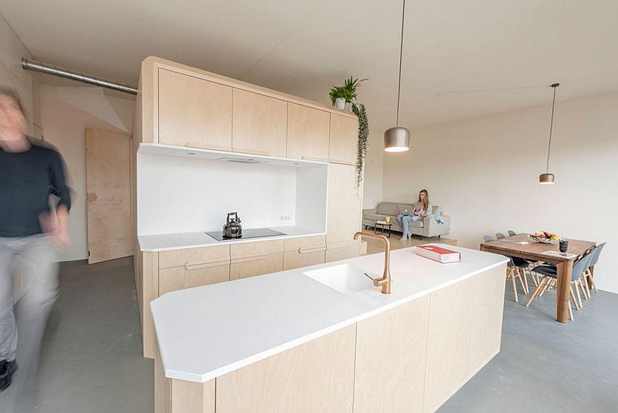 Toàn cảnh phòng khách liên thông khu bếp ăn nhìn từ phòng bếp