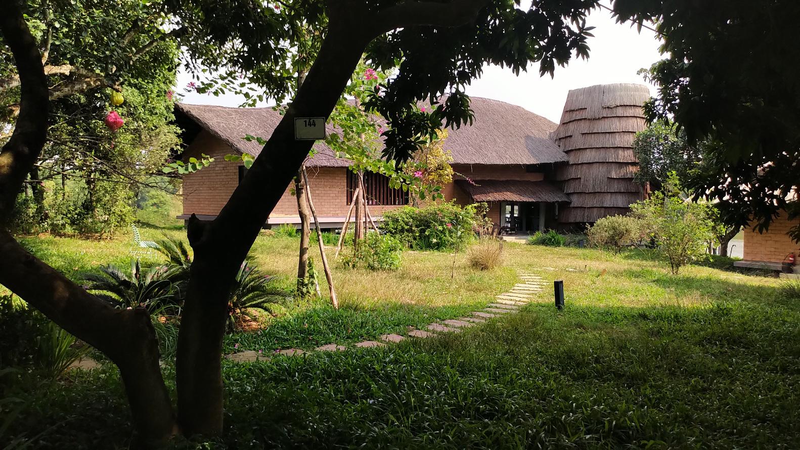 Hinh ảnh khuôn viên sân vườn nhà ông Hùng tràn ngập cây xanh