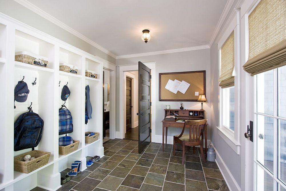 Hình ảnh góc làm việc phía sau cửa ra vào nhà