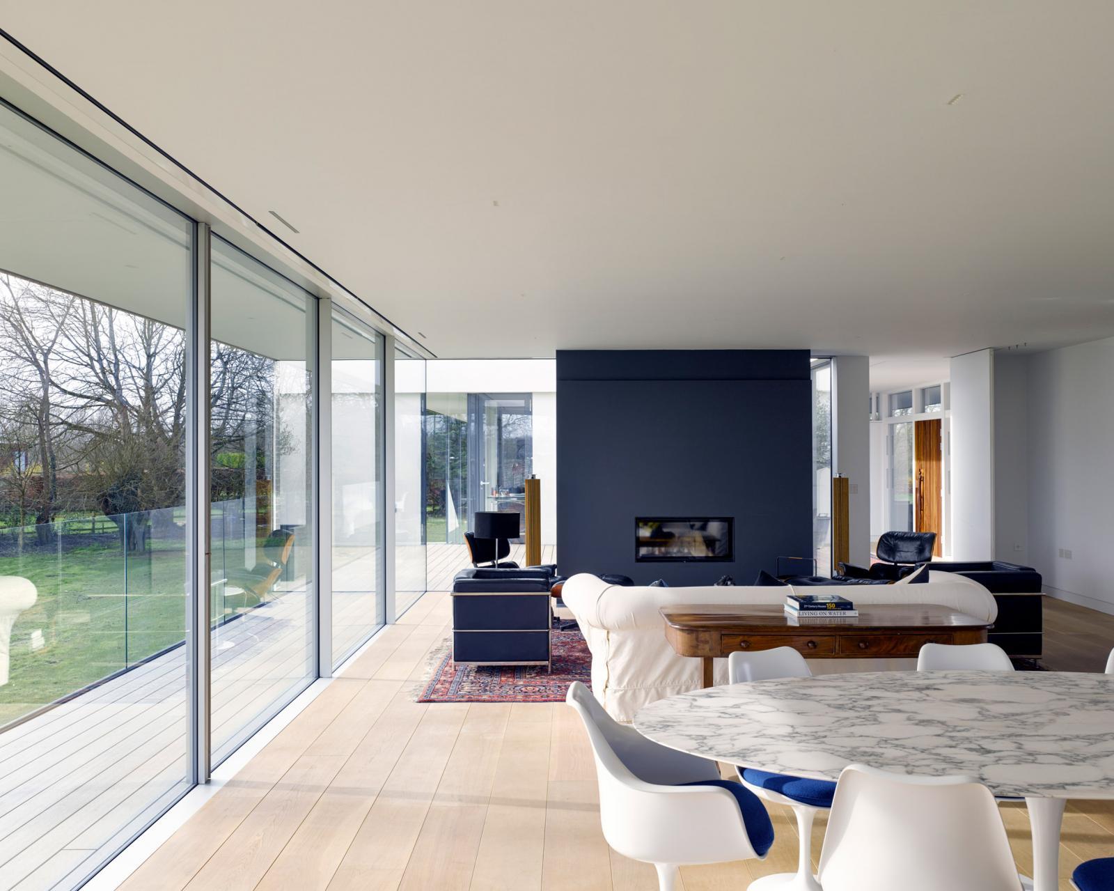 Hình ảnh cận cảnh bàn ăn hình tròn với bề mặt đá cẩm thạch trắng trong nhà sàn khung thép