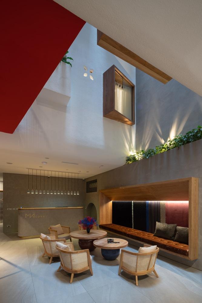 Hình ảnh nội thất homestay được thiết kế theo phong cách tối giản, đẹp mắt với bàn tròn, ghế mây tre đan, bồn cây xanh