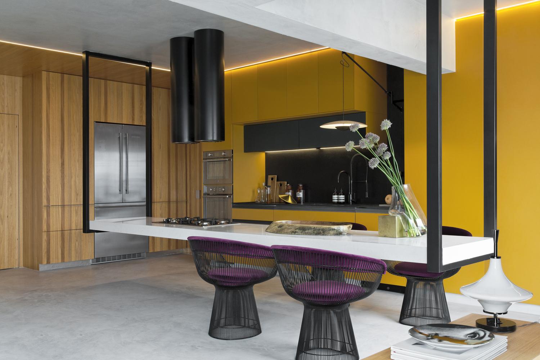 Hình ảnh cận cảnh góc ăn uống trong bếp với bàn trắng dài, hai ghế ngồi dạng tựa lưng màu tím