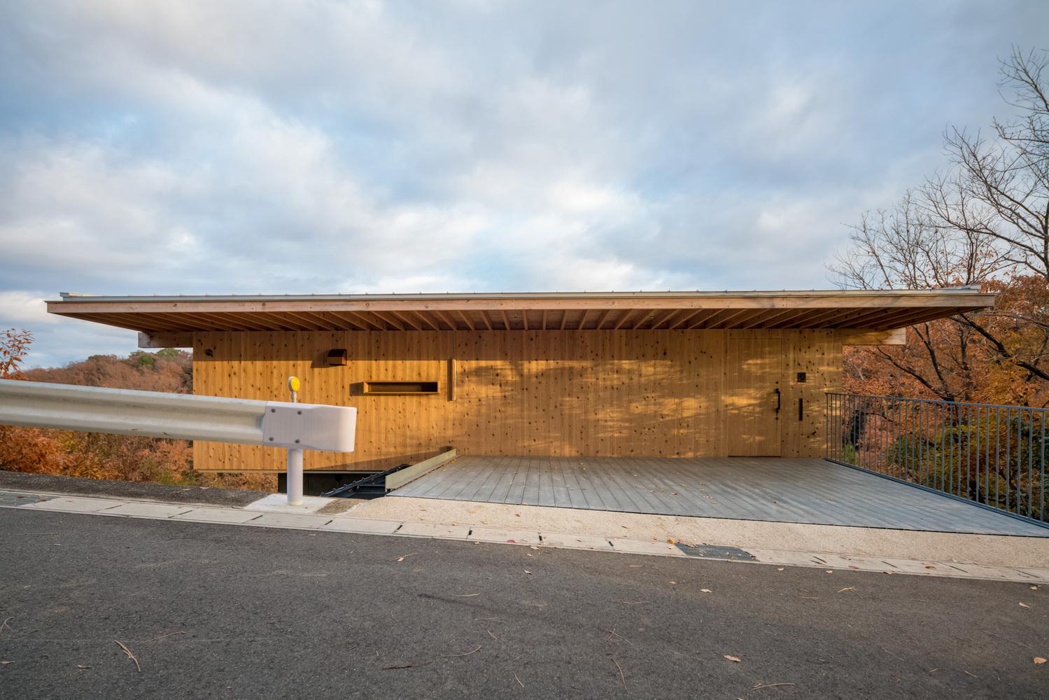 Hình ảnh ngôi nhà có thiết kế độc đáo với tầng 3 tiếp nối với mặt đường