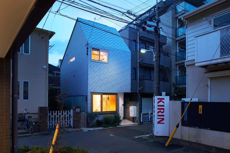 Hình ảnh khung cảnh ngôi nhà 43m2 khi trong ánh hoàng hôn với ánh đèn vàng ấm áp, nổi bật