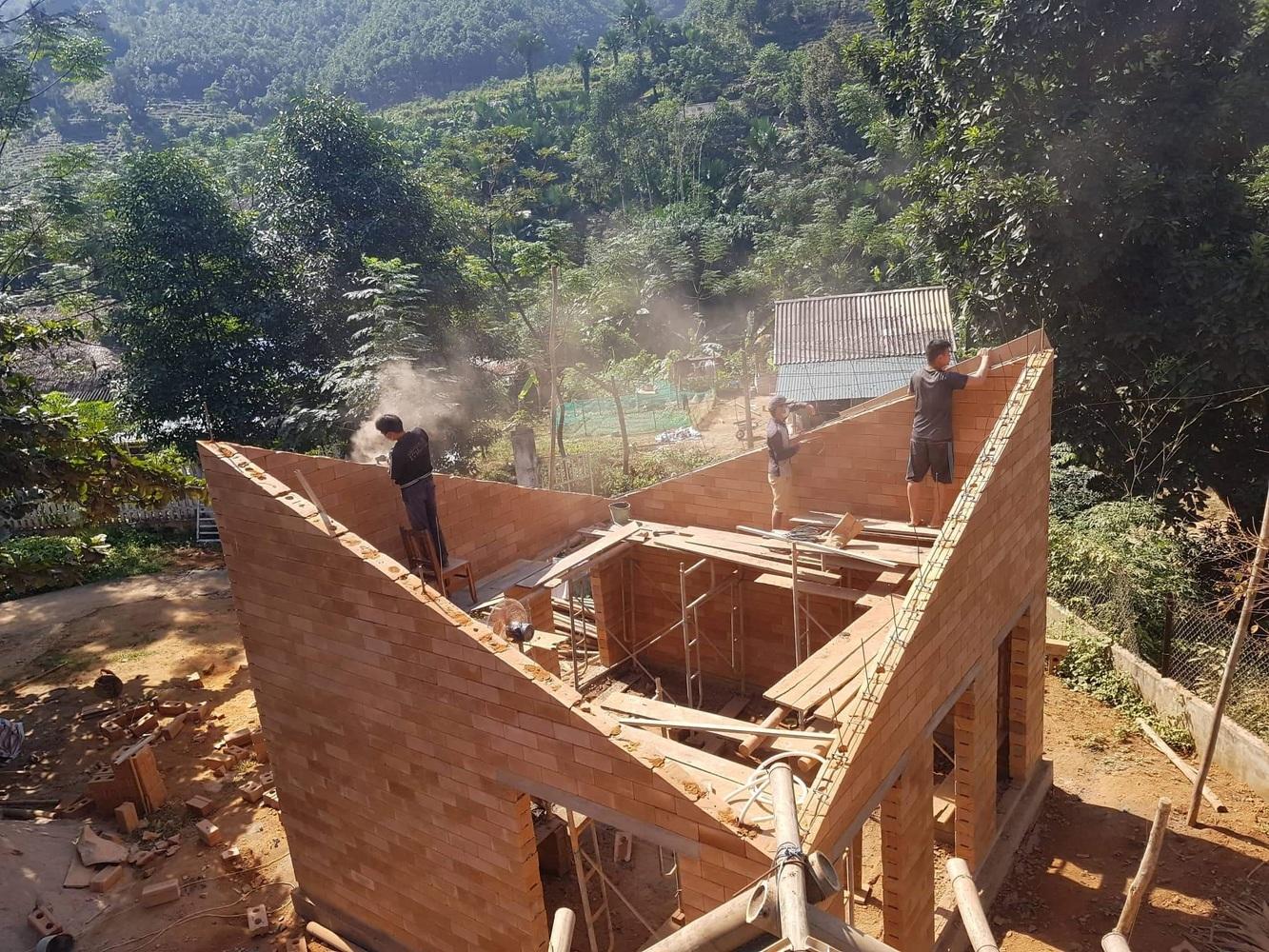 Hình ảnh đội thợ đang thi công xây tường gạch trường tiểu học.