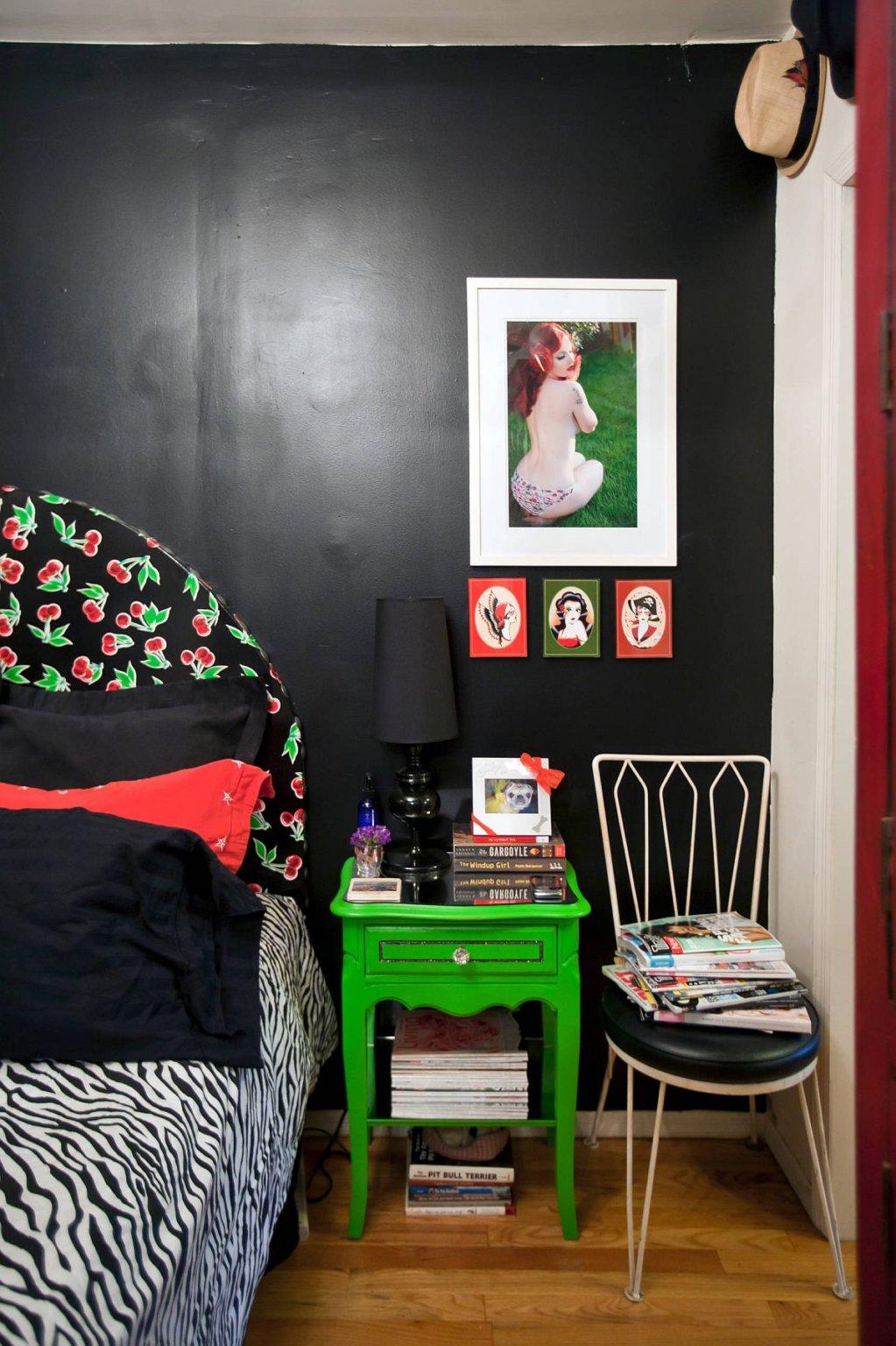 Hình ảnh một góc phòng ngủ với tông màu đen tuyền, ga gối họa tiết ngựa vằn bắt mắt