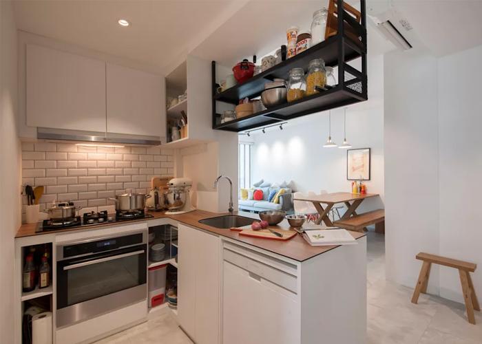 Hình ảnh phòng bếp màu trắng chủ đạo với điểm nhấn là giá màu đen treo trần