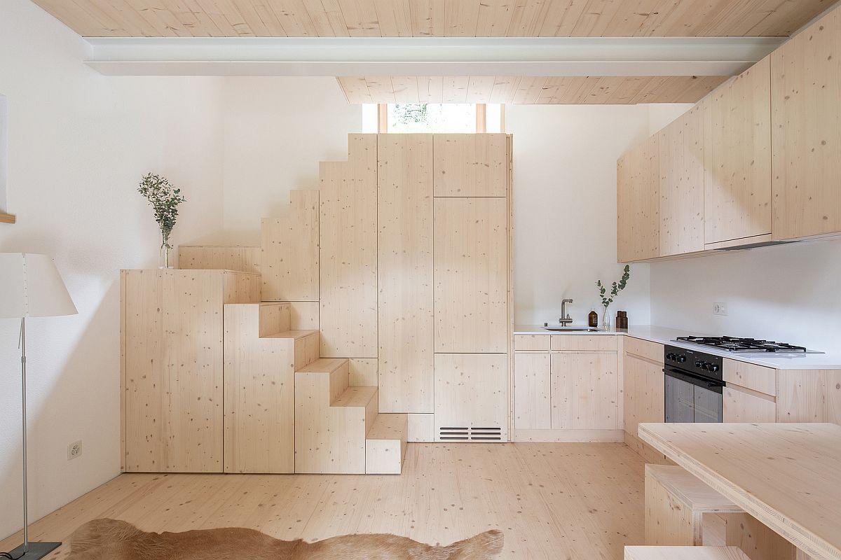 Hình ảnh toàn cảnh phòng bếp tối giản trong nhà nghỉ nhỏ ở Thụy Sĩ