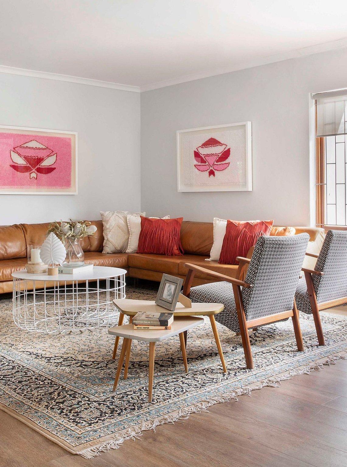 Hình ảnh phòng khách hiện đại với điểm nhấn là gối tựa màu cam
