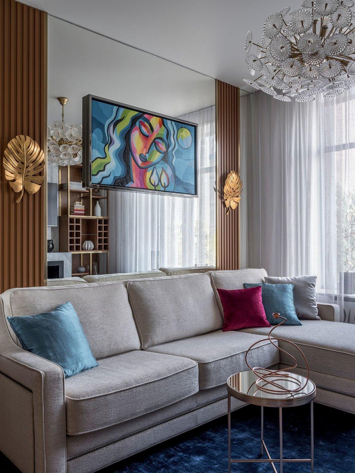 Hình ảnh phòng khách màu trung tính chủ đạo với sofa xám, gối tựa màu sắc