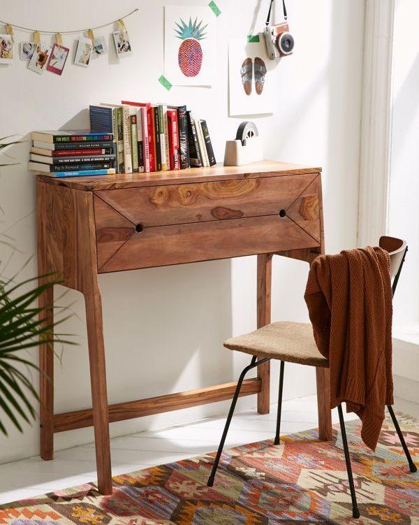 Cận cảnh bộ bàn ghế làm việc tại nhà nhỏ gọn, tường treo tranh ảnh trang trí