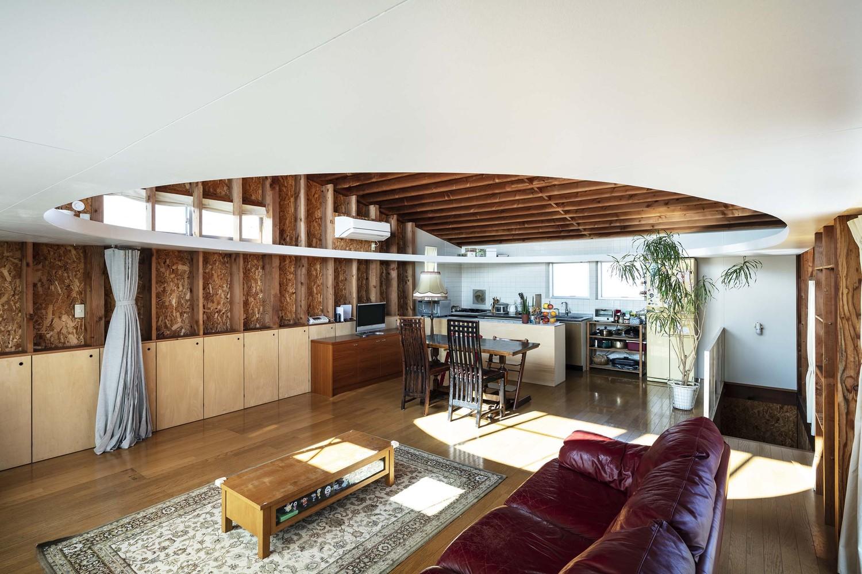 Hình ảnh toàn cảnh phòng khách liên thông bếp ăn nằm dưới tầng lửng