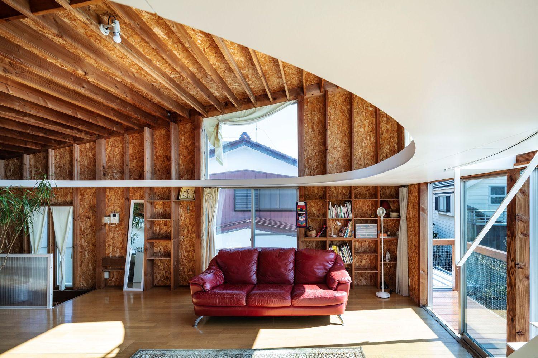 Hình ảnh phòng khách ngập tràn ánh sáng với sofa đỏ nổi bật