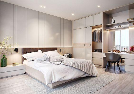 Hình ảnh phòng ngủ master màu trắng chủ đạo với bàn làm việc liền tủ quần áo